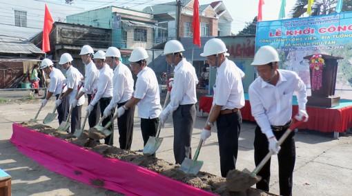 Khởi công xây dựng công trình công viên - bia tưởng niệm xã Nhuận Phú Tân
