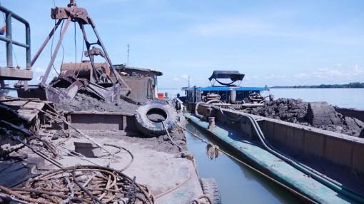 Làm việc với 5 đối tượng có hành vi khai thác cát sông trái phép