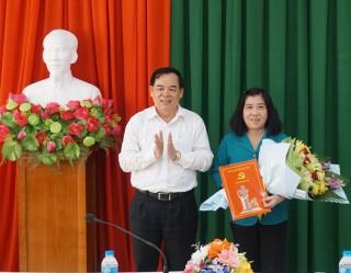 Trao quyết định chuẩn y Phó bí thư Thường trực Huyện ủy Giồng Trôm nhiệm kỳ 2015-2020