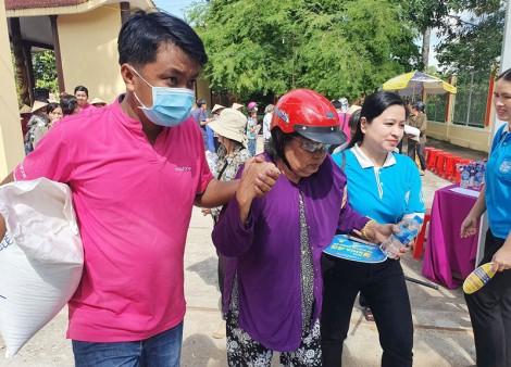 MobiFone Bến Tre trao tặng 100 phần gạo cho hộ dân huyện Mỏ Cày Nam