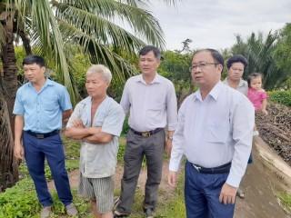 Chủ tịch UBND huyện Bình Đại khảo sát khắc phục vụ sạt lỡ đê tại xã Tam Hiệp