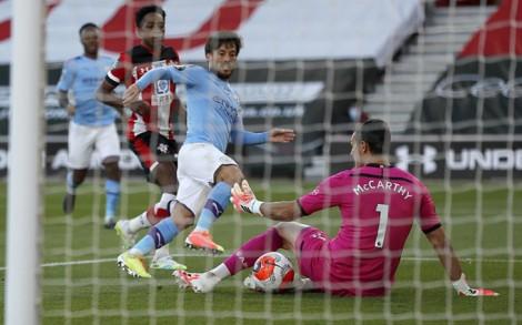 Chủ nhà Southampton chính thức trụ hạng, Mane và Jones giúp Liverpool thắng trận đầu tiên