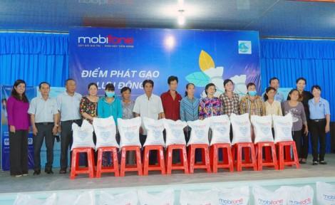 MobiFone Bến Tre hỗ trợ 1 tấn gạo cho hộ dân xã Phú Mỹ