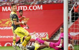 M.U lỡ cơ hội đánh chiếm vị trí thứ 3 của Chelsea đúng phút chót
