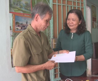Trưởng ban Tổ chức Tỉnh ủy thăm gia đình chính sách tại huyện Mỏ Cày Bắc