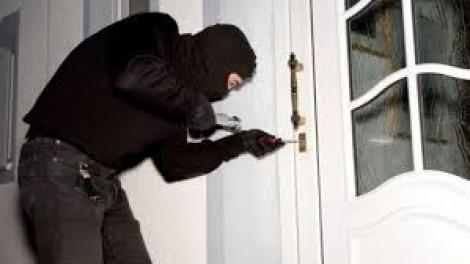 Trộm cắp tài sản nhỏ, bỏ trốn, bị phạt 6 tháng tù