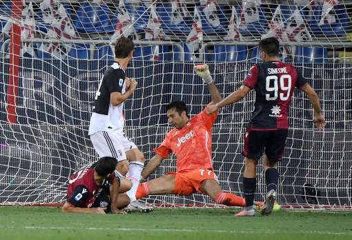 Juventus thua sốc Cagliari, Milan giành vé dự Cúp châu Âu