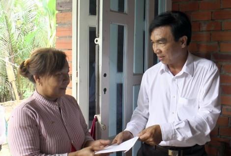 Lãnh đạo huyện Mỏ Cày Bắc thăm hộ gia đình bị sập nhà do mưa giông