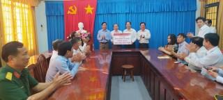 Agribank Bến Tre trao 200 triệu đồng thực hiện an sinh xã hội tại huyện Bình Đại