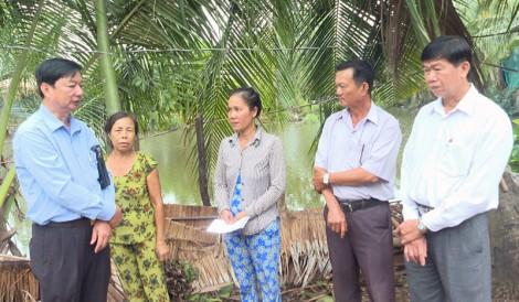 Lãnh đạo huyện Thạnh Phú thăm hộ dân nhà bị sập và tốc mái