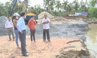 Mỏ Cày Bắc khảo sát tình trạng sạt lở bờ sông xã Hòa Lộc