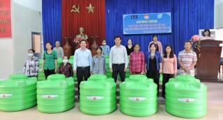Trao bồn trữ nước cho các hộ dân bị ảnh hưởng hạn mặn