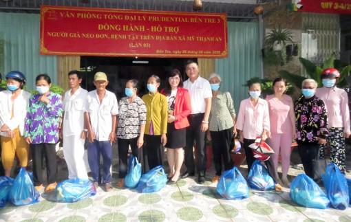 Văn phòng Tổng đại lý Prudential Bến Tre 3 trao tặng quà cho hộ dân