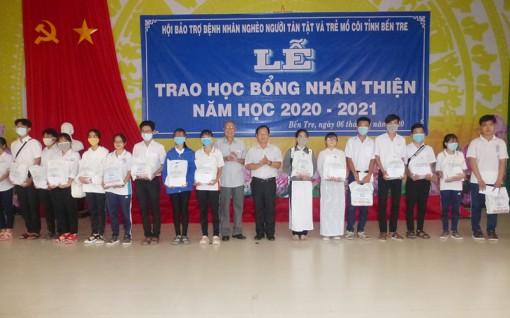 Trao học bổng Nhân thiện tại huyện Giồng Trôm