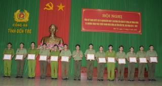 Công an tỉnh tặng giấy khen cho 20 tập thể, cá nhân thực hiện Nghị quyết số 07