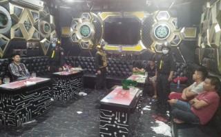 """Bắt 23 đối tượng """"bay lắc"""" trong quán karaoke"""