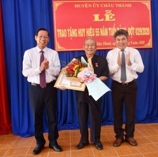 Trao tặng Huy hiệu 55 tuổi Đảng cho Đại tướng Lê Văn Dũng