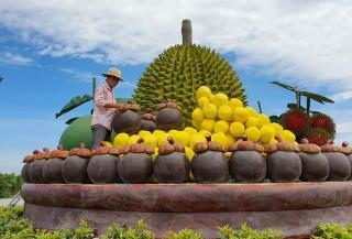"""Chợ Lách lắp đặt công trình """"Mâm trái cây đặc sản"""""""