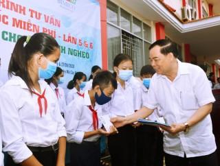 Tư vấn, khám và cấp thuốc miễn phí, trao học bổng cho học sinh nghèo ở Mỏ Cày Nam