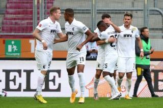 Thắng ứng viên vô địch, Augsburg tạm chiếm ngôi đầu Bundesliga