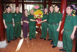 Thượng tướng Đỗ Căn chúc mừng Đại tướng Lê Văn Dũng nhận Huy hiệu 55 năm tuổi Đảng