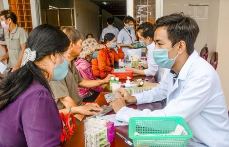 Khám bệnh và cấp thuốc miễn phí cho người dân