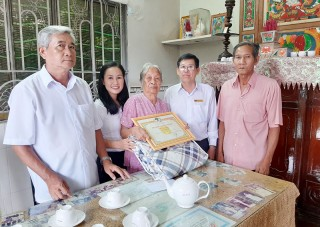 Thường trực Huyện ủy Thạnh Phú thăm các cụ tròn 95 tuổi